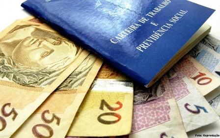 Carteira do trabalho com notas de dinheiro